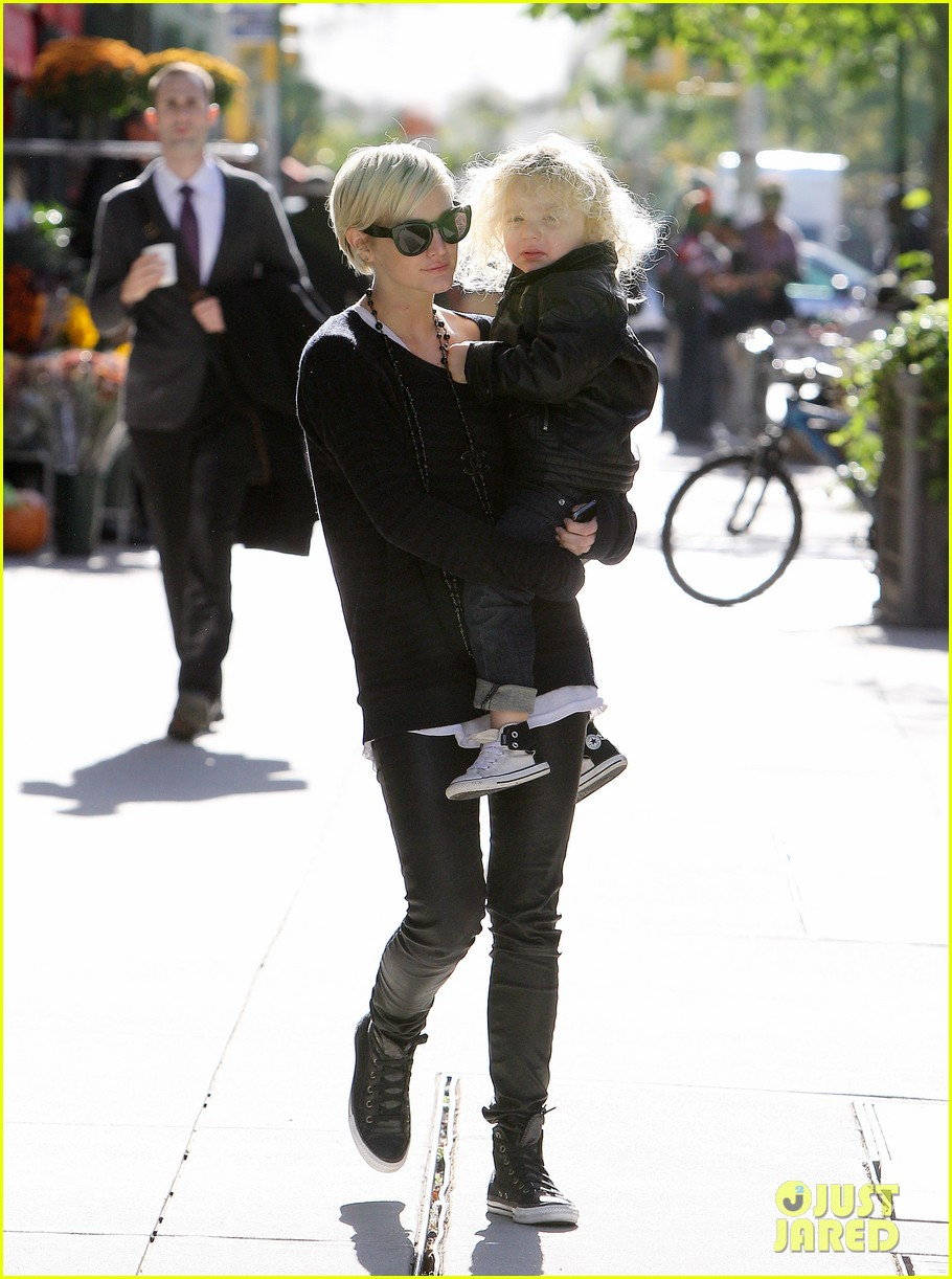 jessica simpson jfk mom 03
