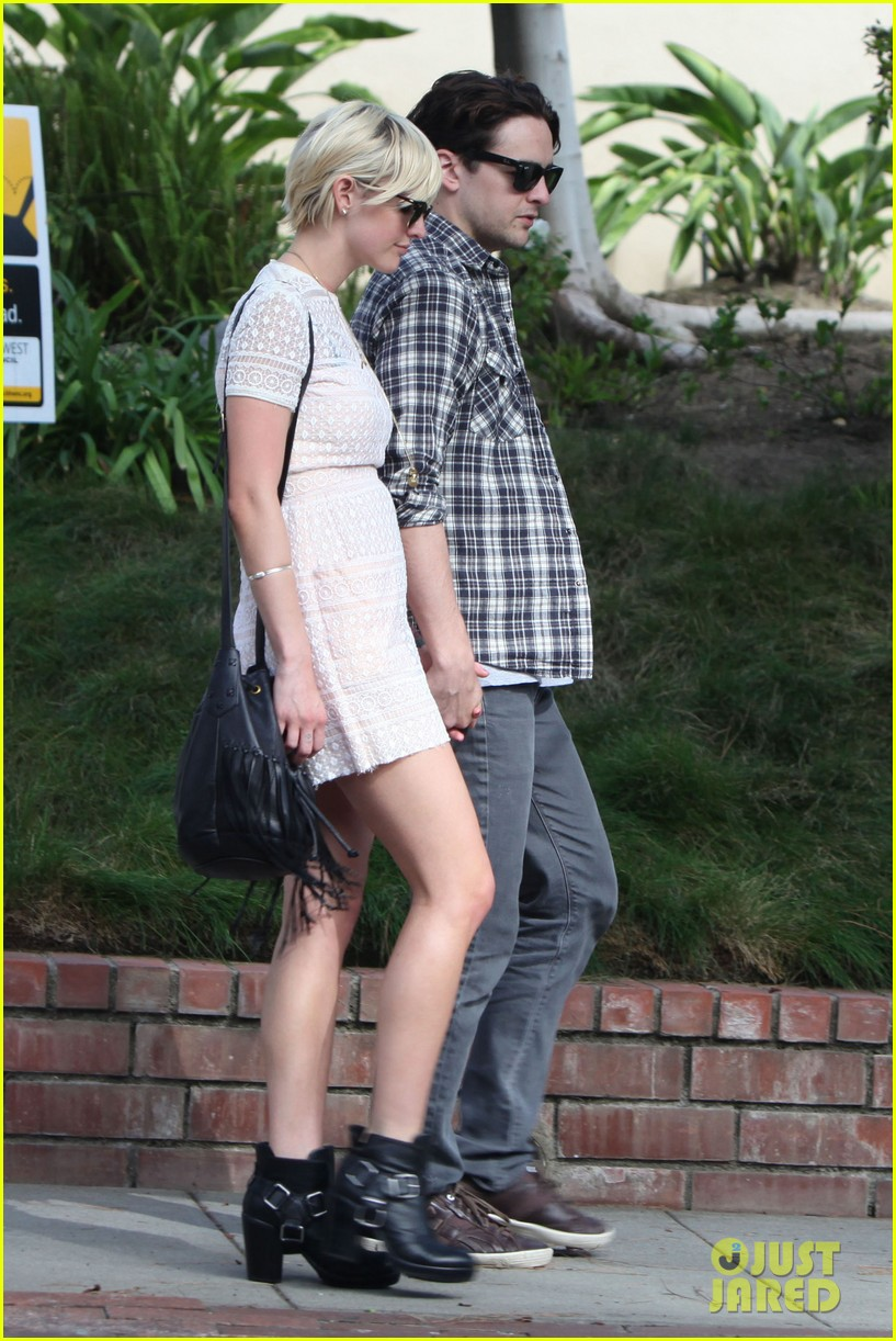 ashlee simpson vincent piazza holding hands 04