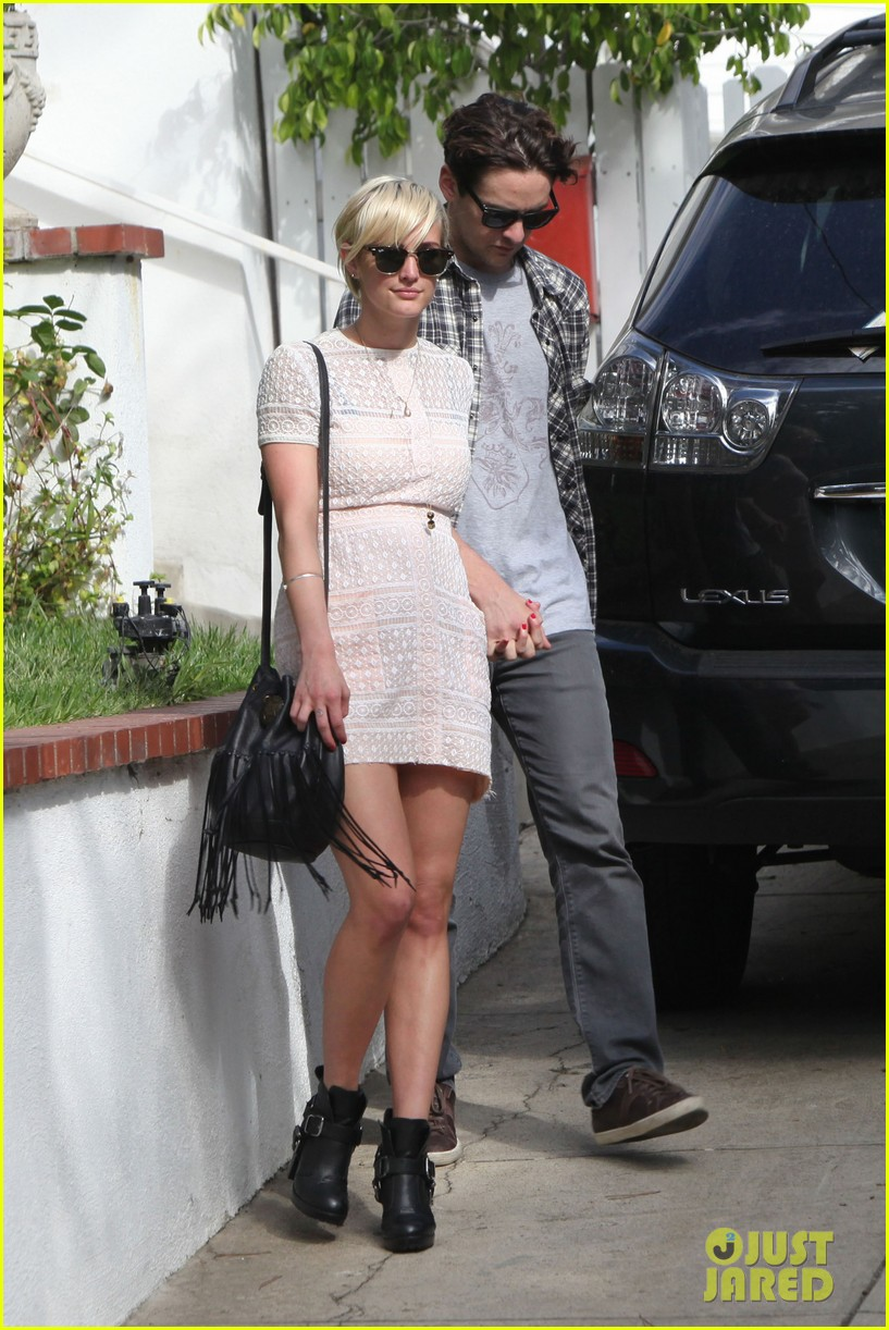 ashlee simpson vincent piazza holding hands 06
