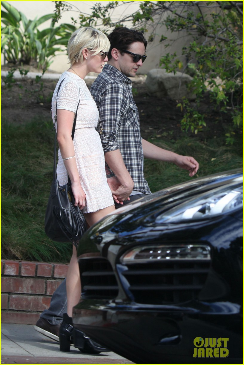 ashlee simpson vincent piazza holding hands 09
