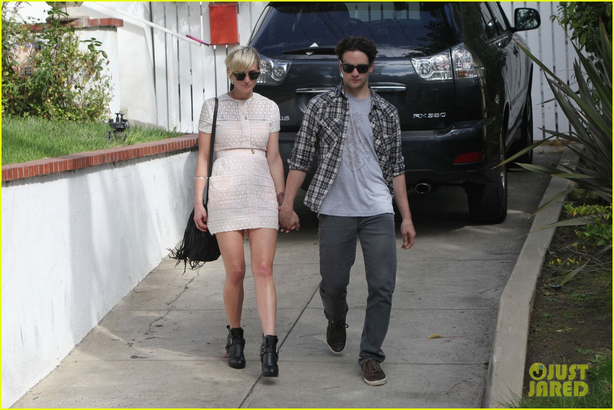 ashlee simpson vincent piazza holding hands 112586721