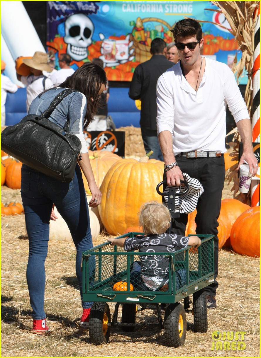robin thicke paula patton pumpkin patch with julian 01