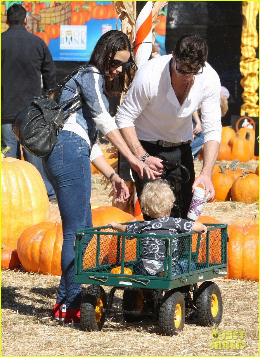 robin thicke paula patton pumpkin patch with julian 02