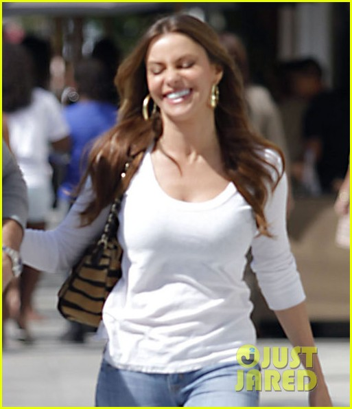sofia vergara laughs nick 02
