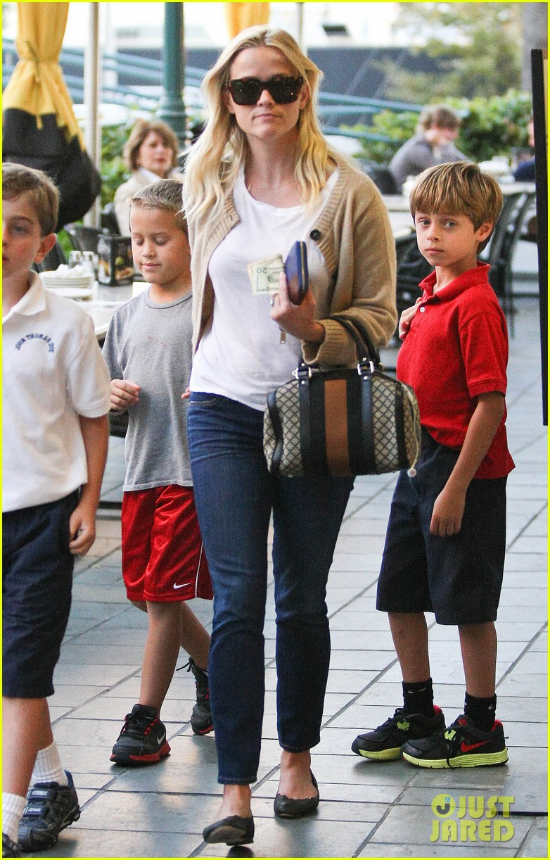 reese witherspoon runs errands with deacon 062589058