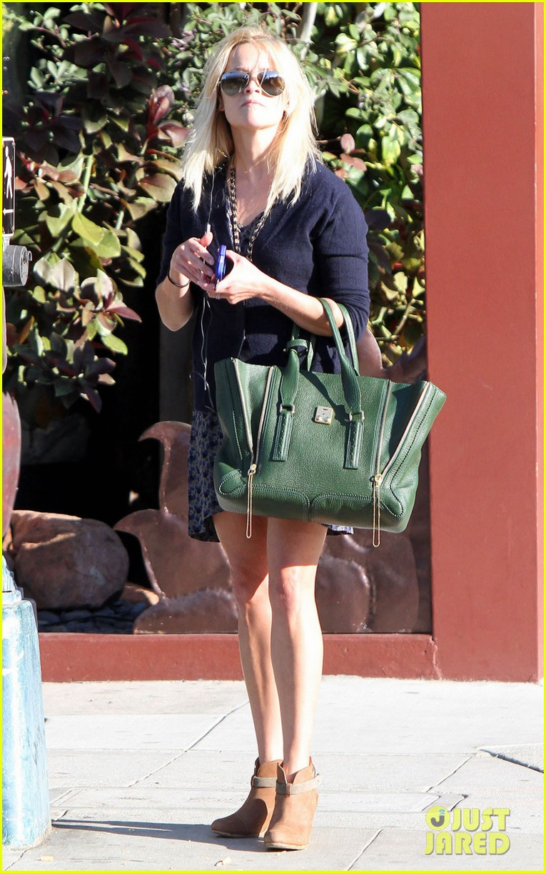 reese witherspoon windy day 05