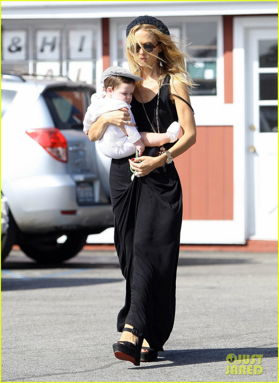rachel zoe brentwood outing with baby skyler 02