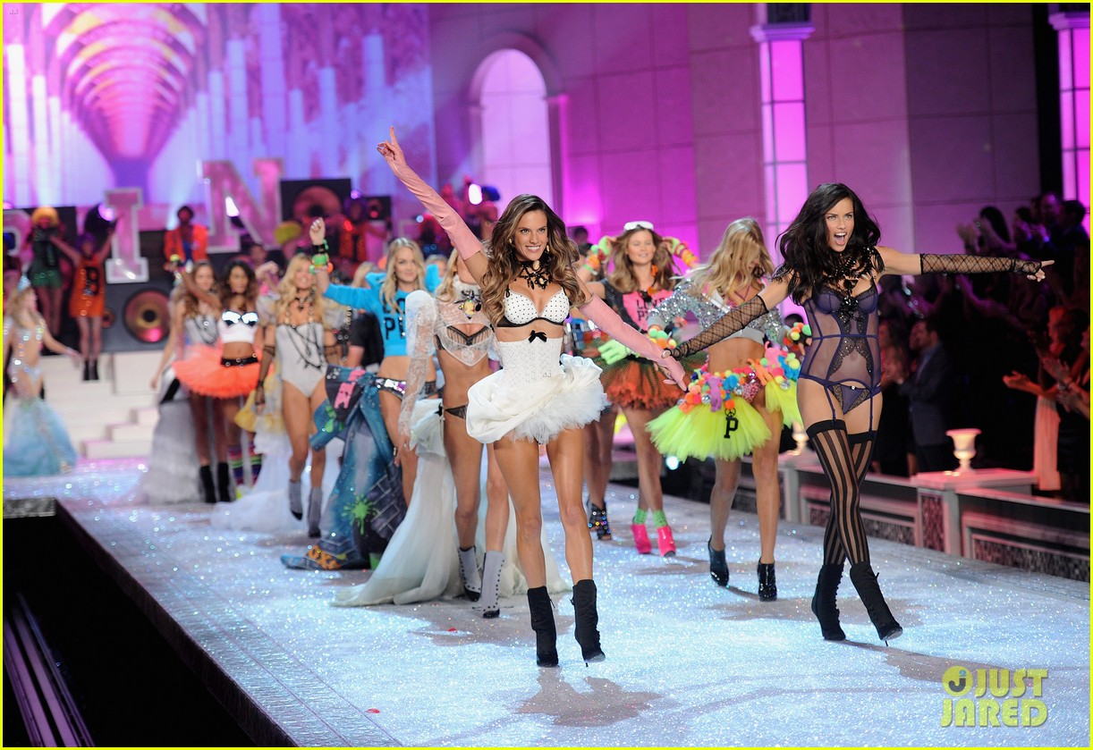 alessandra ambrosio vs fashion show 2011 02