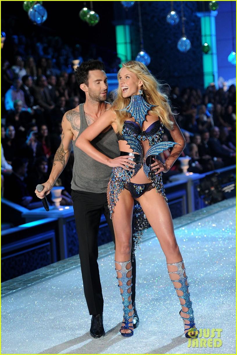 Adam Levine Vs Fashion Show