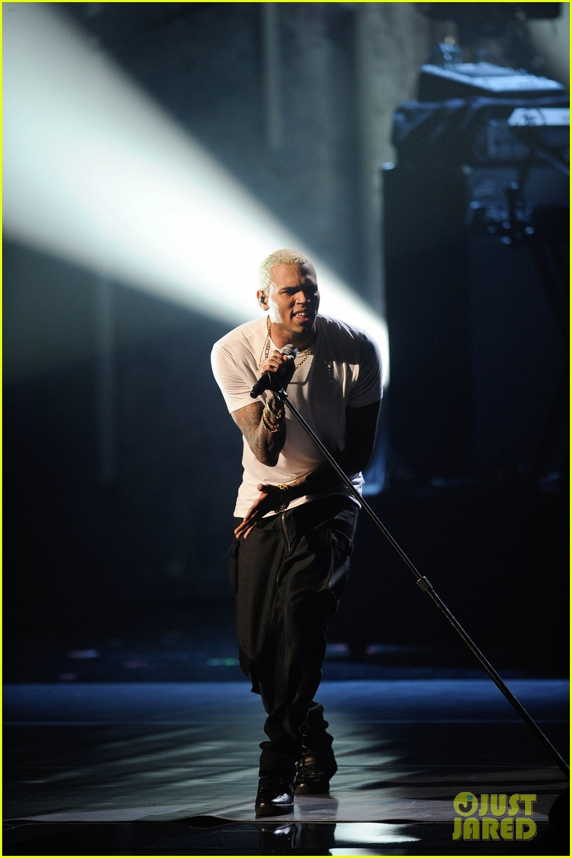 chris brown amas 2011 red