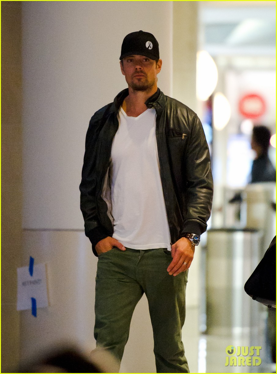 fergie josh duhamel airport thanksgiving 042603378