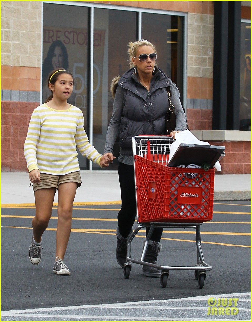 kate gosselin shops for holiday decorations 05