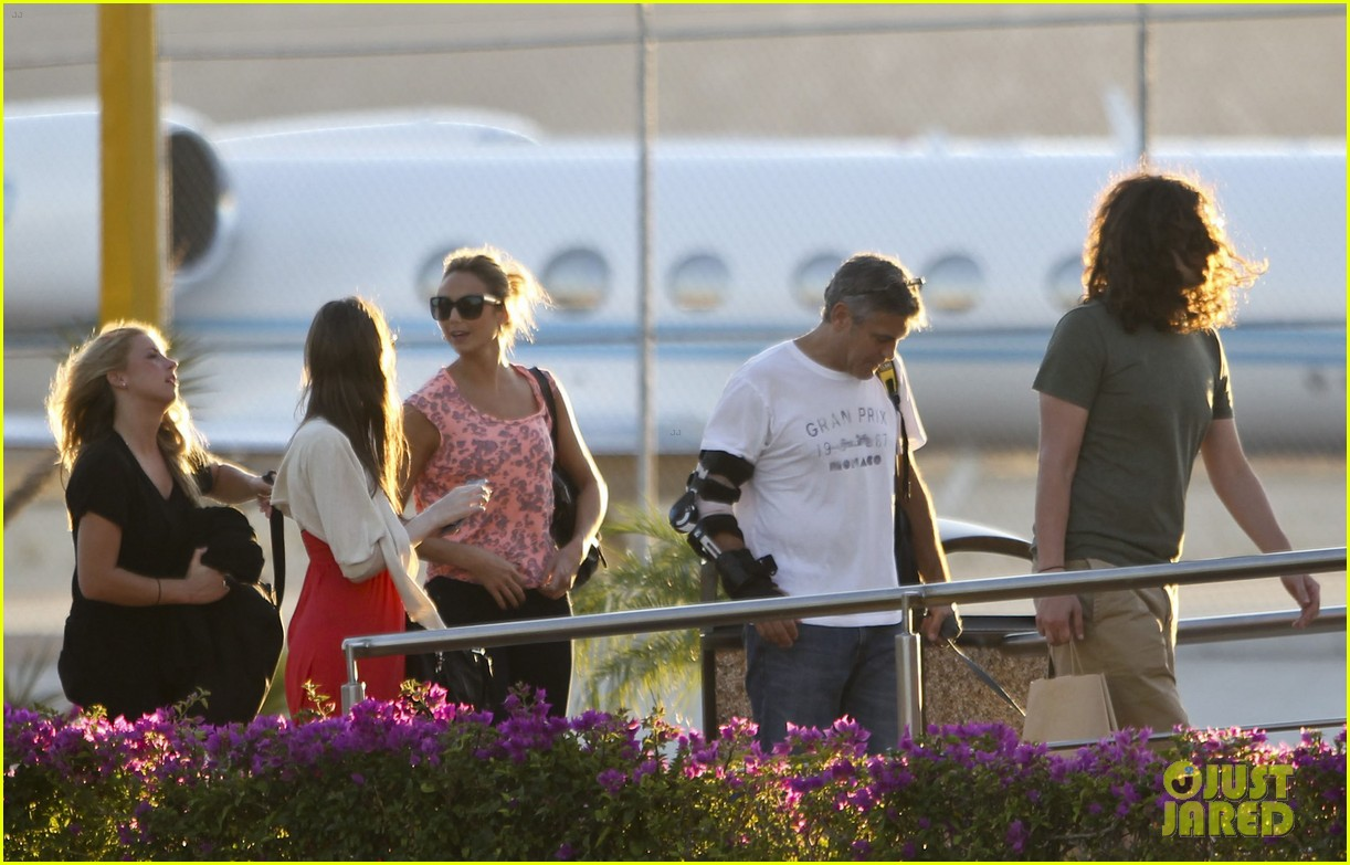 george clooney stacy keibler leaving cabo 02