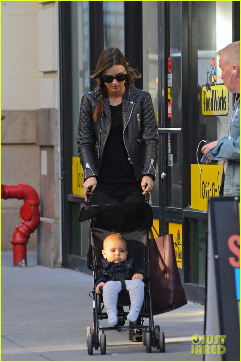 miranda kerr saturday stroll with flynn 01