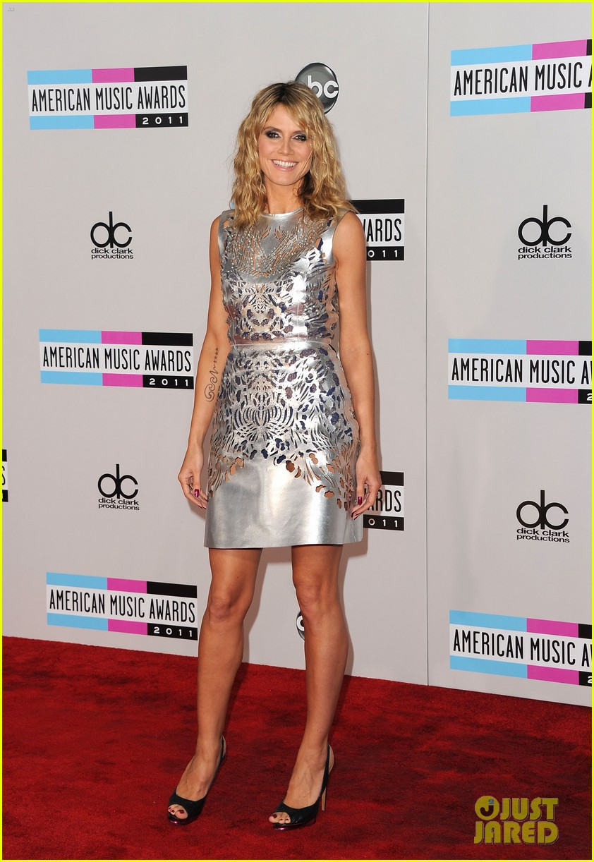 heidi klum amas 2011 red carpet 03