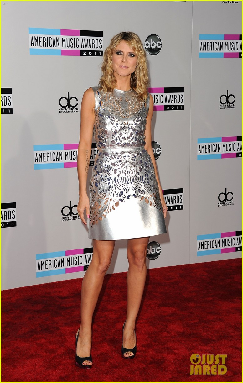 heidi klum amas 2011 red carpet 07