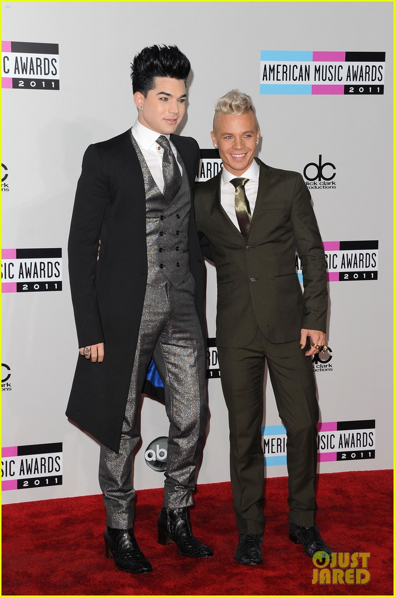 adam lambert sauli koskinen amas 2011 red carpet 02