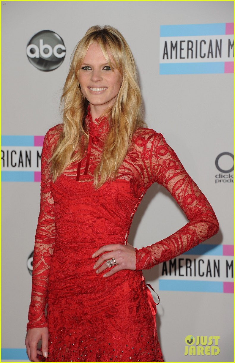 maroon 5 anne v amas 2011 red carpet 012602473