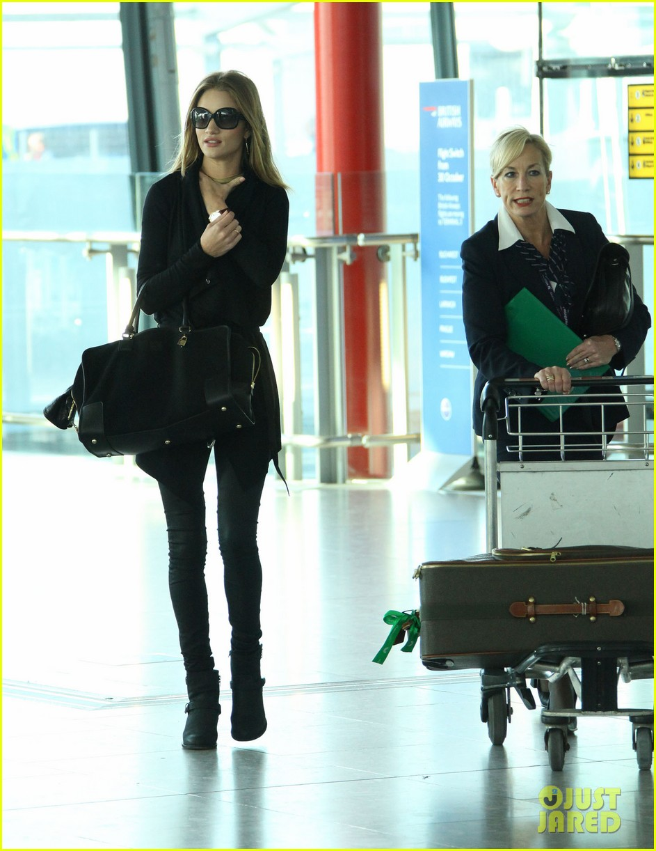 rosie huntington whiteley black outfit heathrow 04