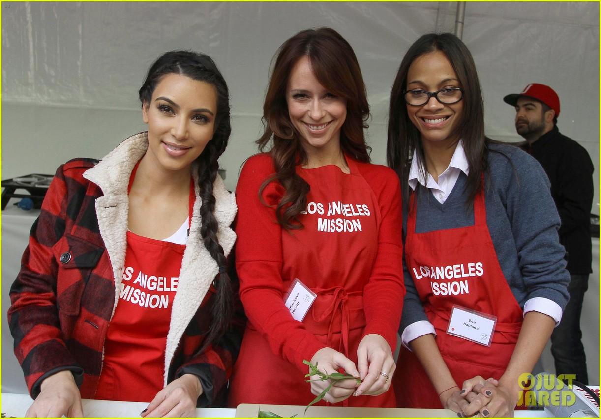 zoe saldana kim kardashian thanksgiving la mission 03