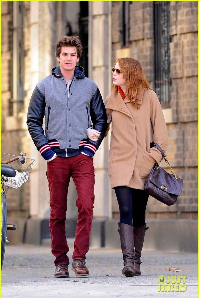 emma stone andrew garfield holding hands in nyc 06