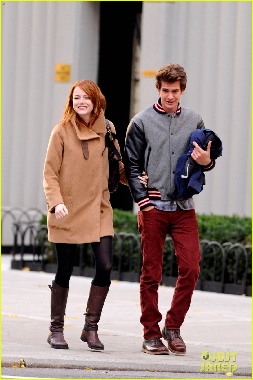 emma stone andrew garfield holding hands in nyc 09