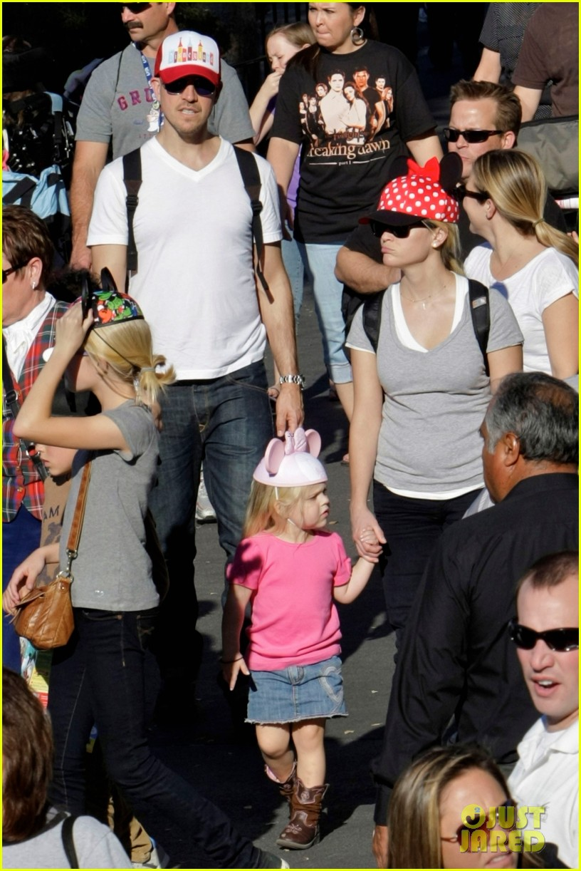 reese witherspoon disneyland with the family 122604269