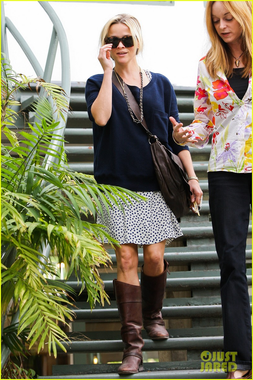 reese witherspoon broken finger 02