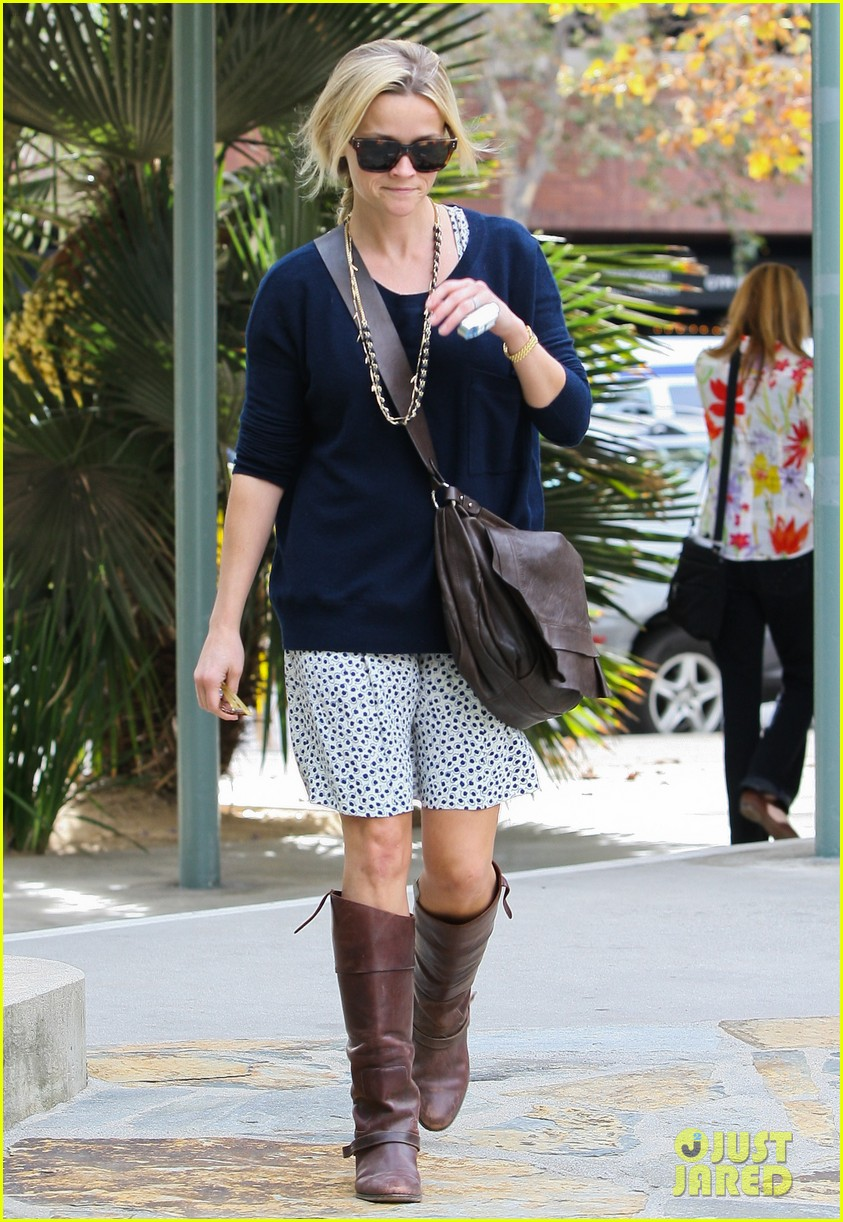 reese witherspoon broken finger 11
