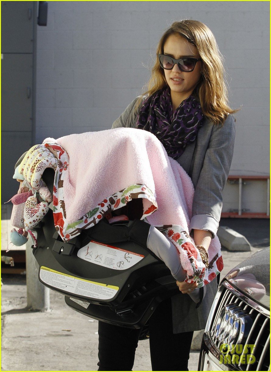 jessica alba toys r us stop with baby haven 01