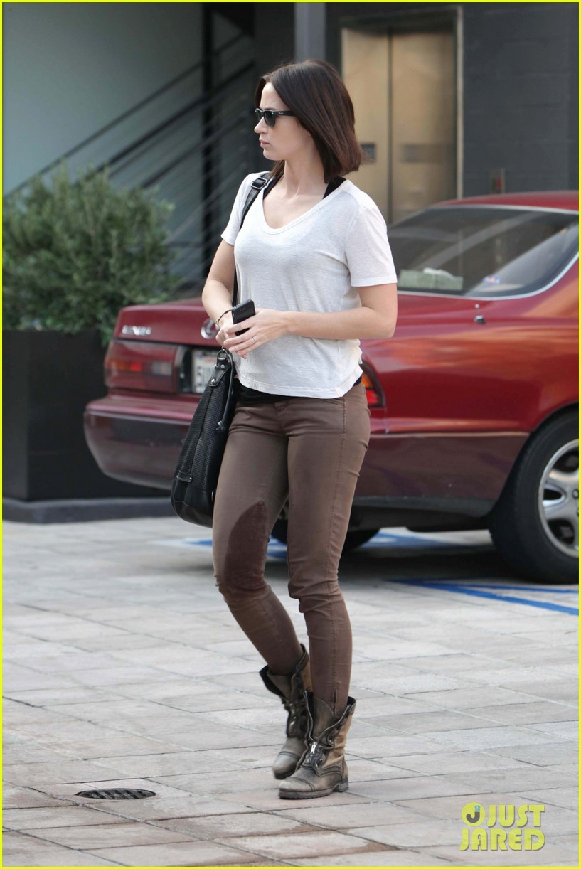 emily blunt workout cafe 02