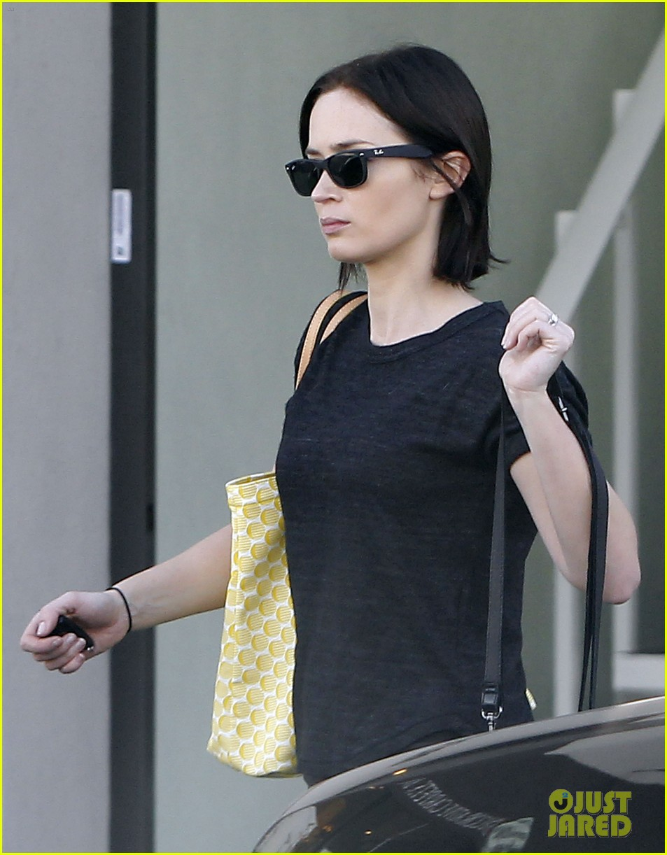 emily blunt workout cafe 06