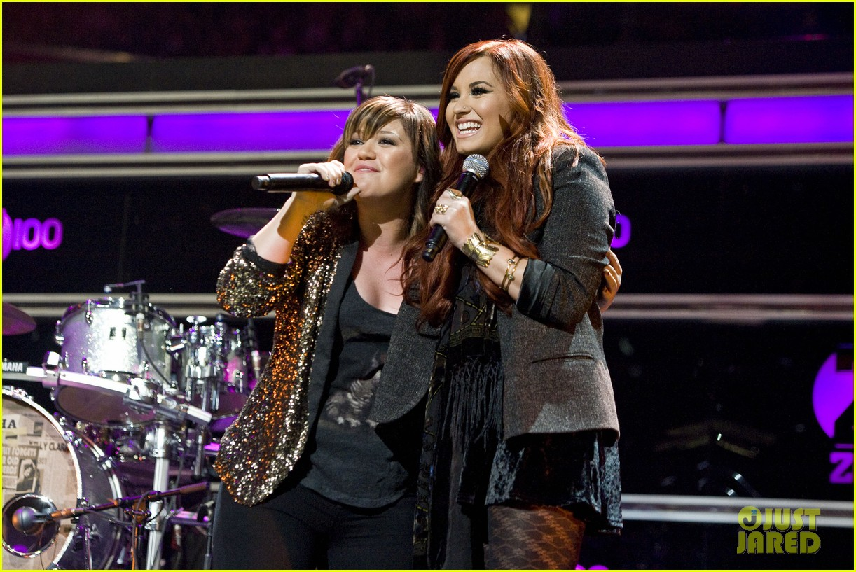 kelly clarkson jingle ball performance 01