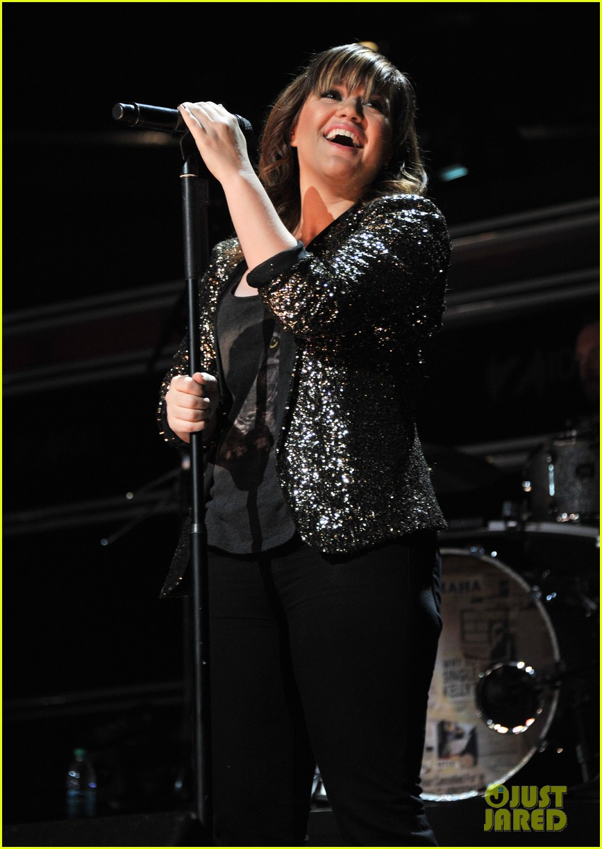kelly clarkson jingle ball performance 03