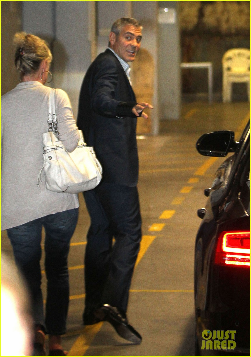 george clooney waiting car australia 01