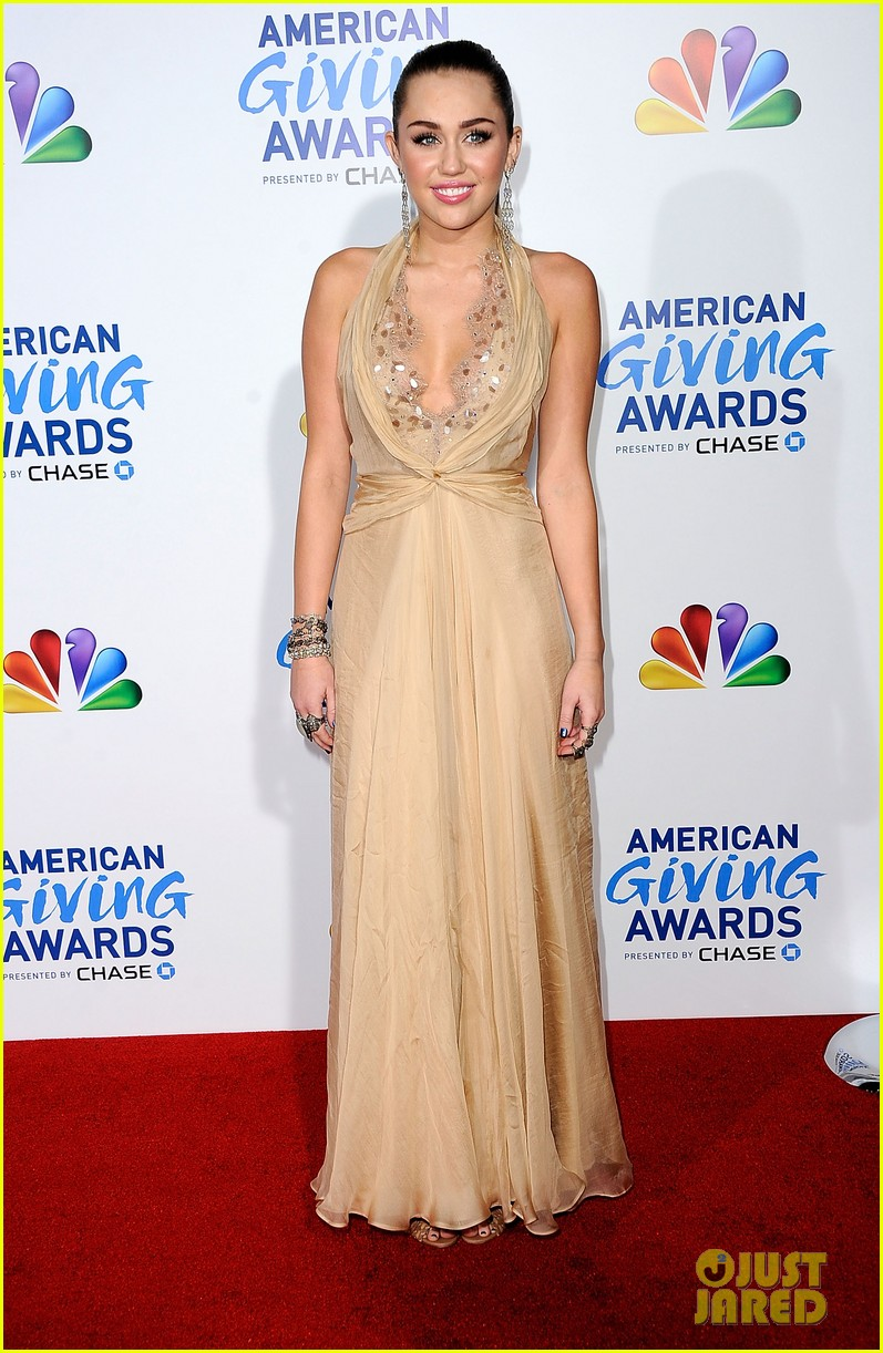 miley cyrus american giving awards 2011 14