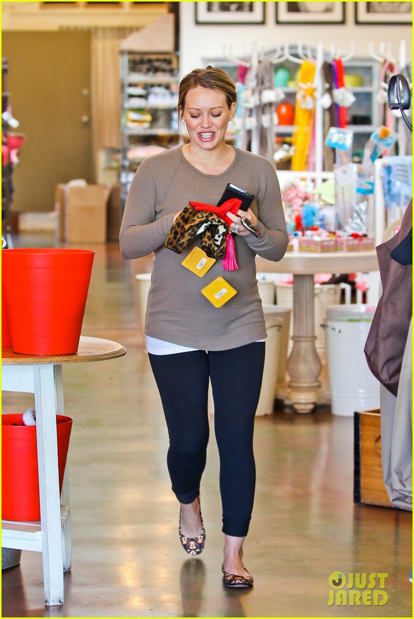 hilary duff pet store shopping 192611857