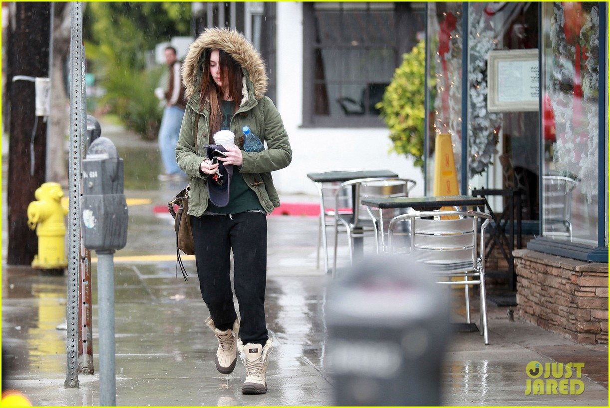 megan fox rainy salon day 082609549