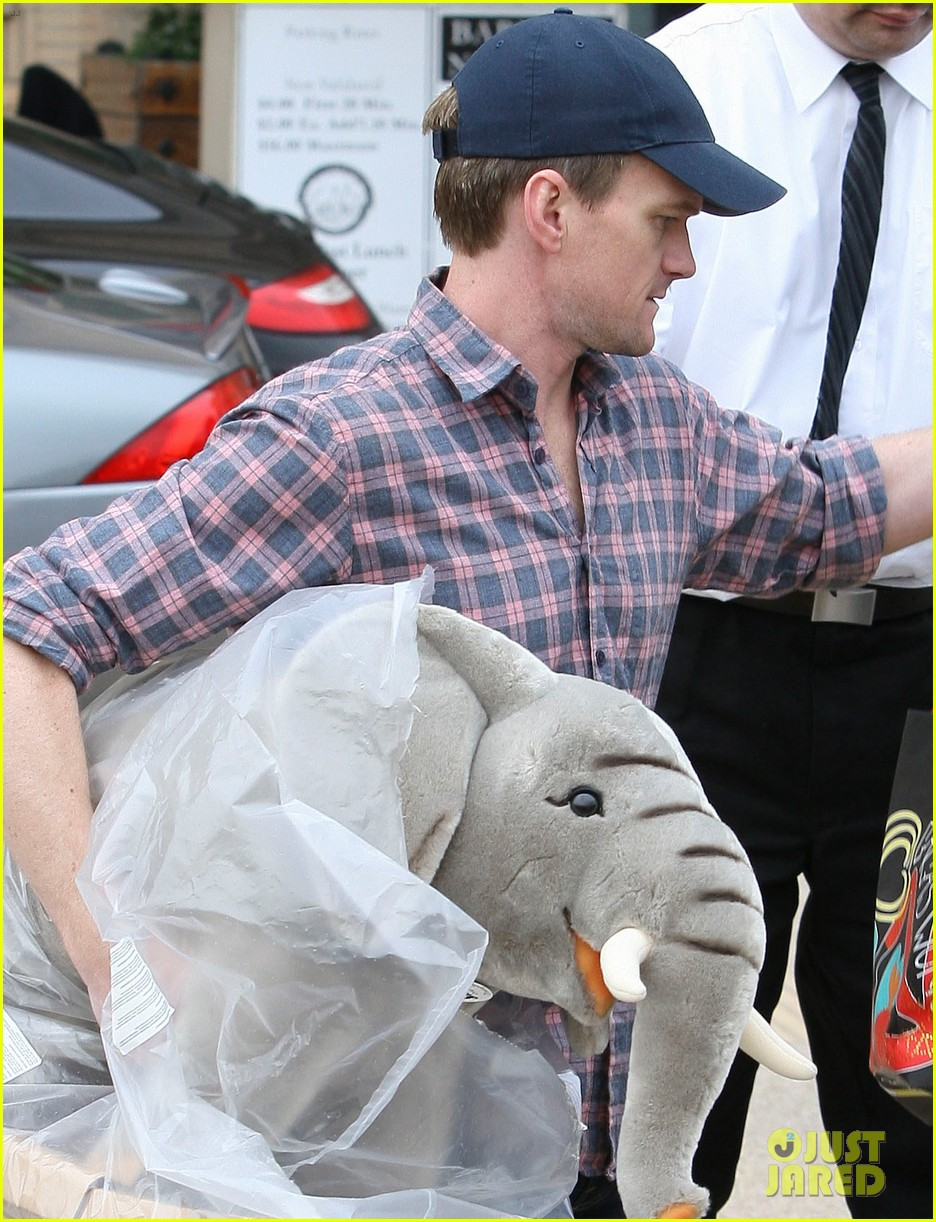 neil patrick harris christmas shopping in beverly hills 02
