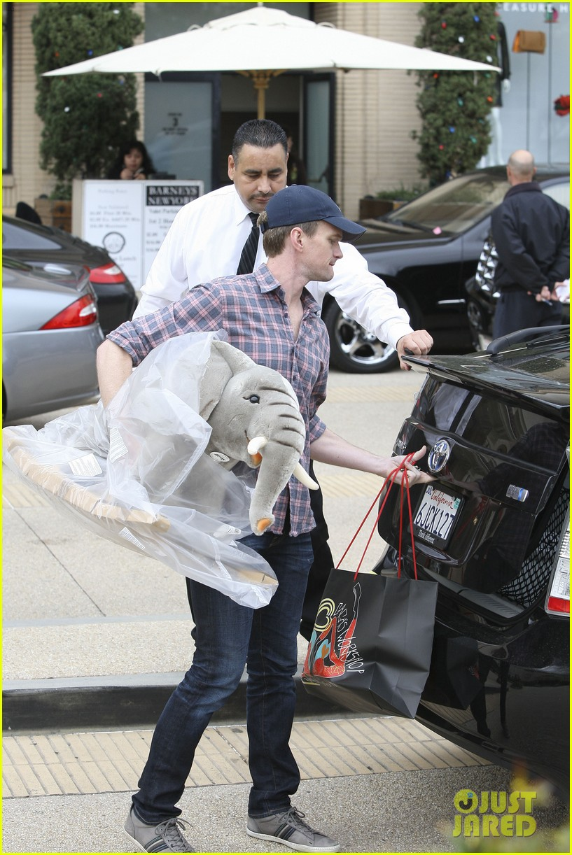 neil patrick harris christmas shopping in beverly hills 03