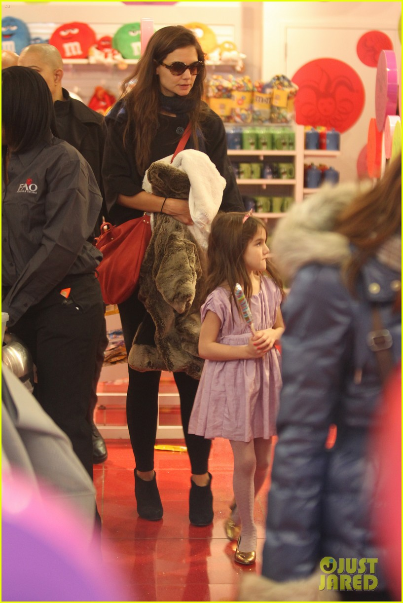 katie holmes suri fao schwarz 04