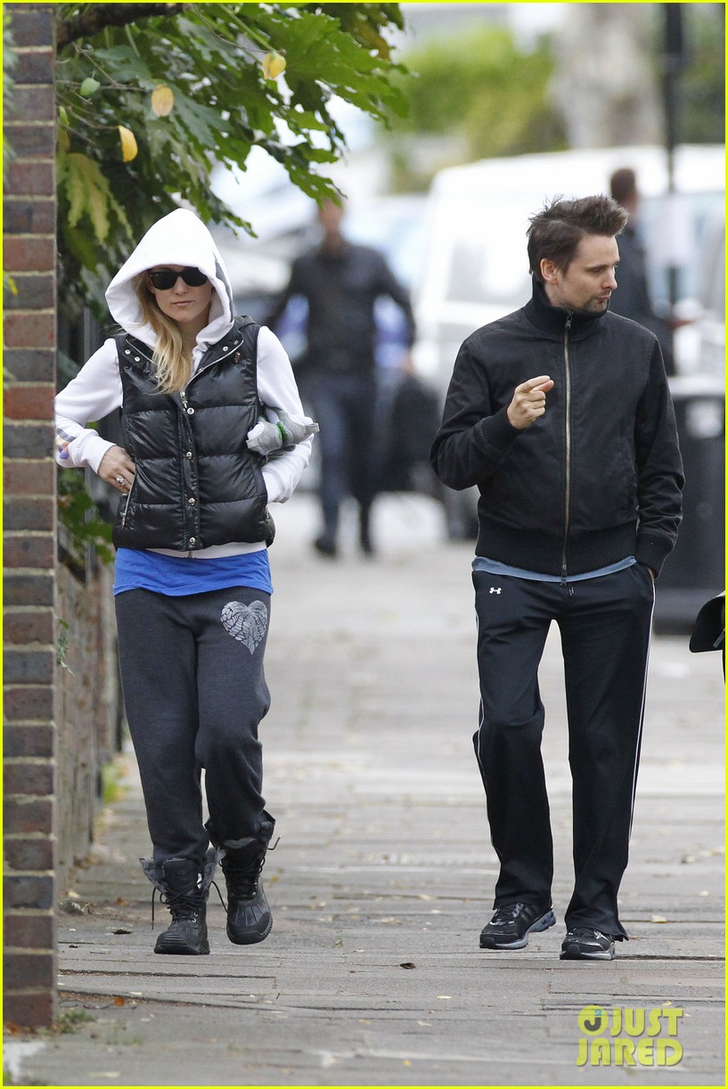 kate hudson matt bellamy bundled london 082605354