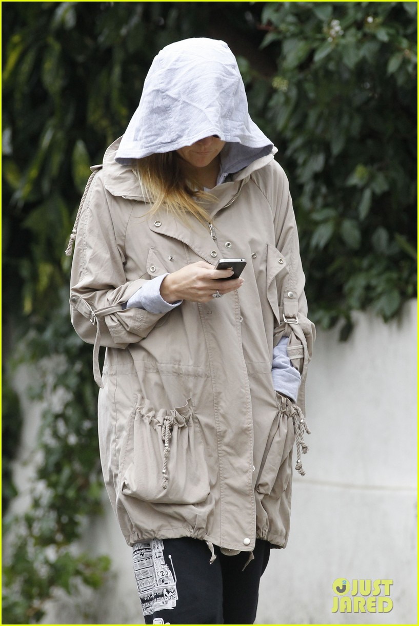 kate hudson matt bellamy plastic bag cover up 05