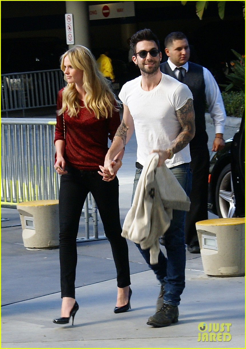 adam levine anne v christmas lakers 02