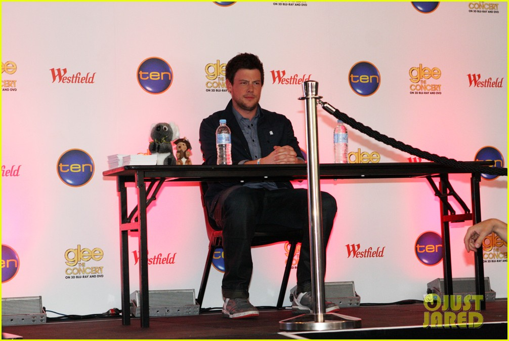 cory monteith signs glee 02