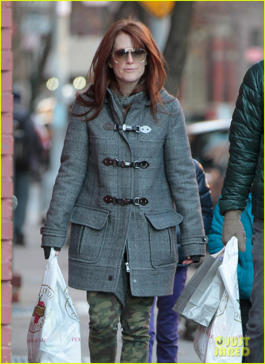 julianne moore grocery shops 022612663