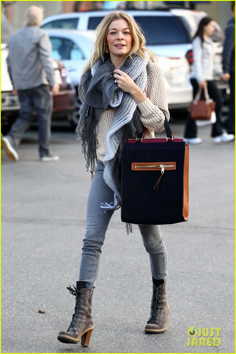 leann rimes shops for a hat 01