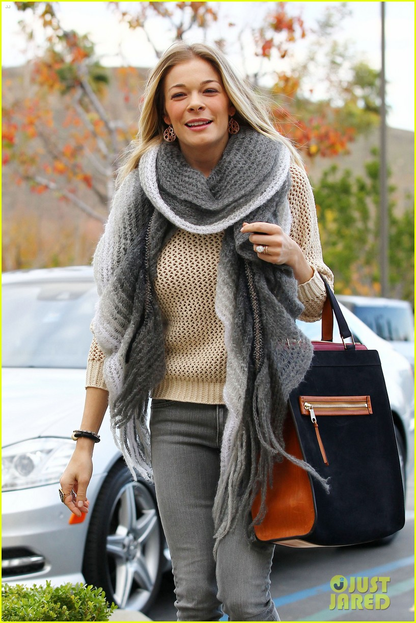 leann rimes shops for a hat 04
