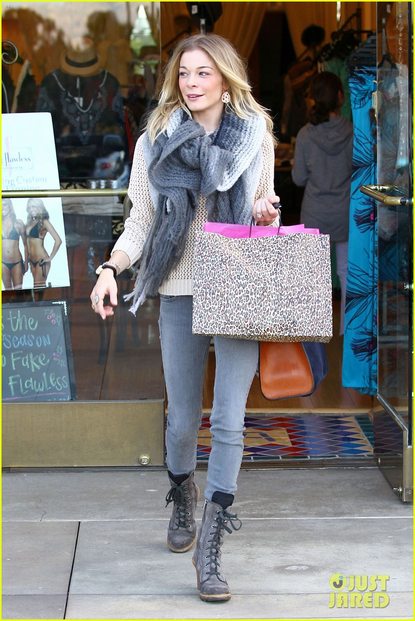 leann rimes shops for a hat 08
