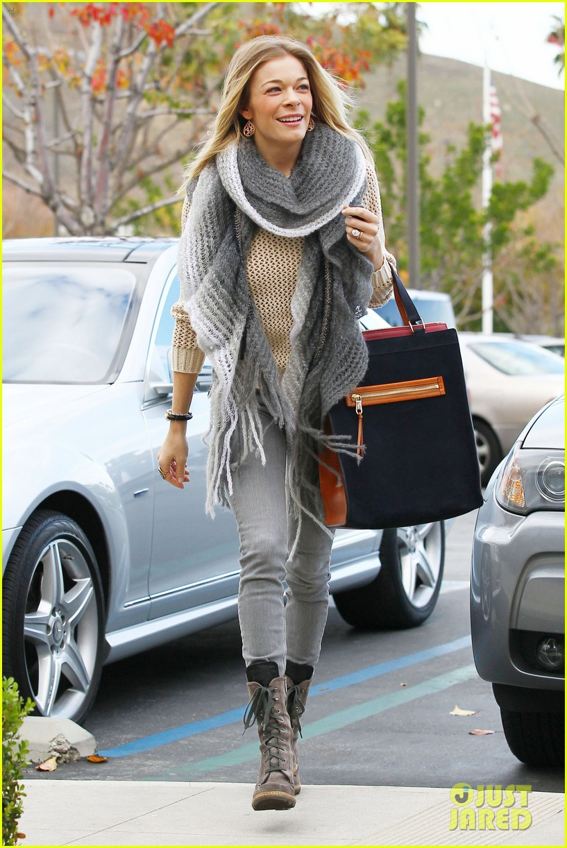 leann rimes shops for a hat 17